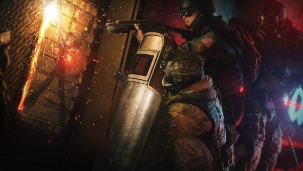 Rainbow Six Siege è sparatutto tattico di Ubisoft in cui due team di agenti delle forze speciali di tutto il mondo si affrontano per attaccare e difendere dei punti strategici.all'interno di mappe