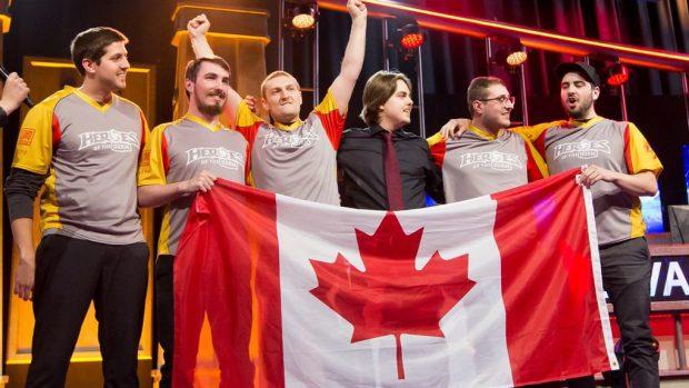 """Il team dei """"Rouge et Au"""" (con il loro coach, Bruce Jouve), dell'università canadese di Laval, vincitore dell'ultimo Heroes of The Dorm, lo scorso febbraio."""