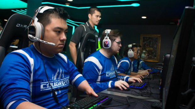 "I Cougars dell'Università ""Columbia""del Missouri, con il loro coach, Duong Pham, impegnati in un match a League of Legends nel campionato NACE."