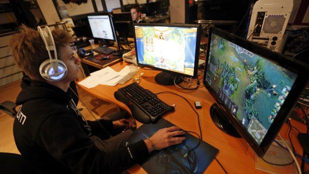 Soltanto in Cina 140 milioni di utenti quest'anno guarderanno altri giocare in streaming.