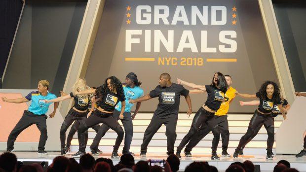 I ballerini sul palco del Barclays Center di Brooklyn, insieme a molte altre iniziative, hanno fatto delle Grand Finals della Overwatch League uno spettacolo degno di una finale NBA.