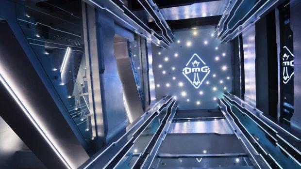 Lo stile della struttura di Team OMG è di chiara ispirazione fantascientifica ed è sviluppata su tre piani.