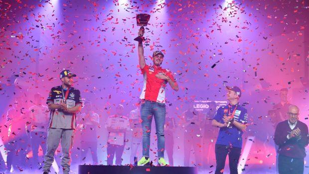 Trastevere73 festeggia la vittoria. Completano il podio Eeleghost555 e AndreewZH.