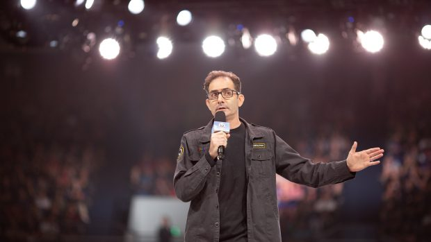 Jeffrey Kaplan, il creatore di Overwatch, mentre arringa la folla alla BlizzCon 2018.