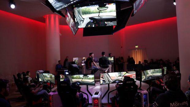 La Samsung Arena è perfetta per un evento Simracing come questo: desk di commento con tutte le postazioni intorno e schermi a soffitto hanno offerto un bel colpo d'occhio.